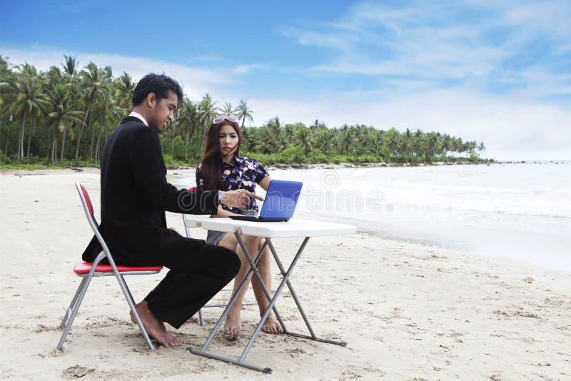 Reunión ocasional sobre la playa imagen de archivo