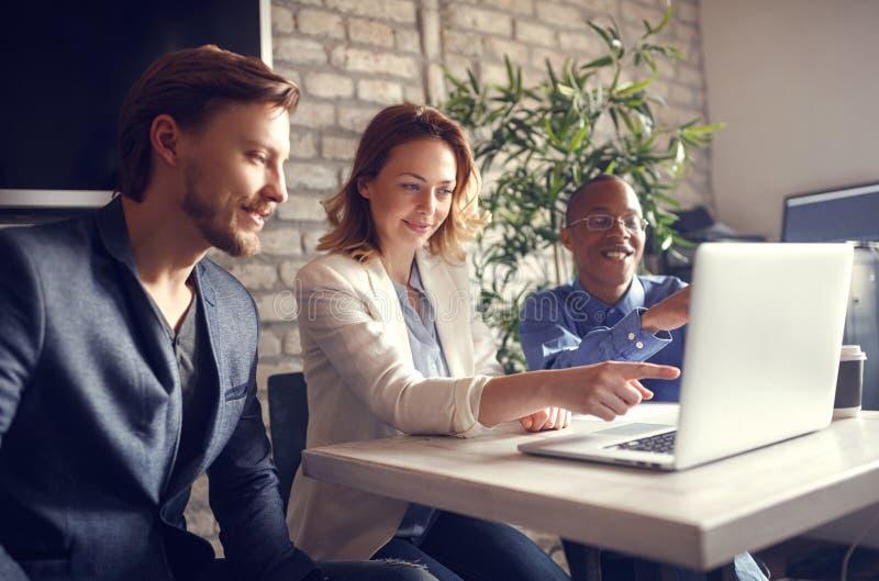 Reunión principal de la mujer de negocios sobre el ordenador que habla y que comparte i foto de archivo