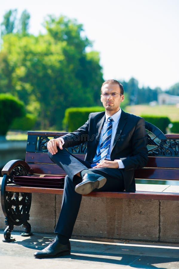 Reunión que espera joven del hombre de negocios para imagen de archivo libre de regalías