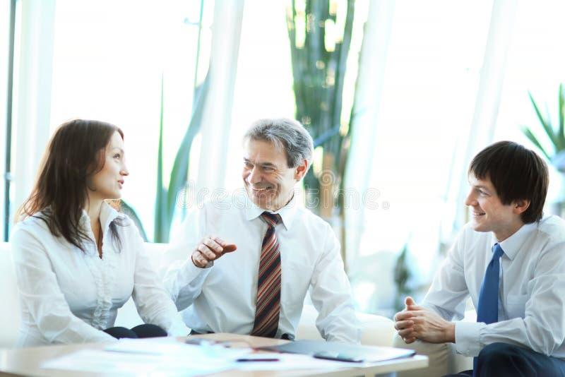 Reunión seria de los hombres de negocios en la oficina foto de archivo