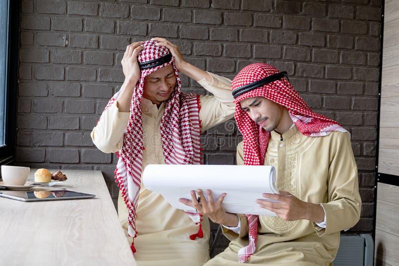 Reunión seria de los hombres de negocios musulmanes en café foto de archivo