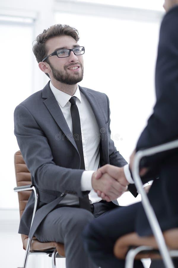 Reuniões bem sucedidas dos homens de negócios no escritório imagem de stock