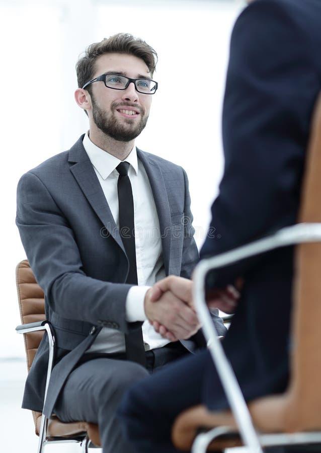 Reuniões bem sucedidas dos homens de negócios no escritório fotografia de stock