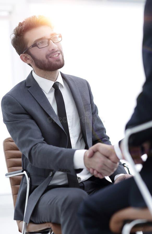 Reuniões bem sucedidas dos homens de negócios no escritório fotografia de stock royalty free