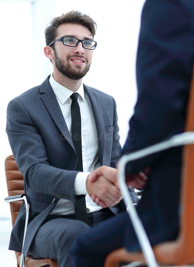 Reuniões bem sucedidas dos homens de negócios no escritório foto de stock royalty free