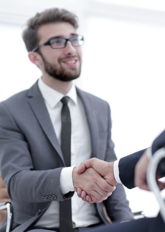 Reuniões bem sucedidas dos homens de negócios no escritório fotos de stock