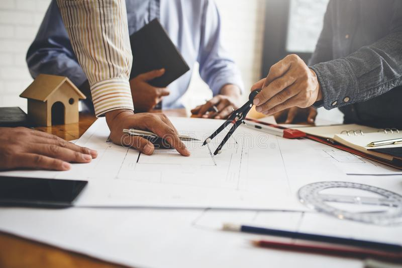 Reuniões em empresas de engenharia da casa e da propriedade do grupo imagens de stock