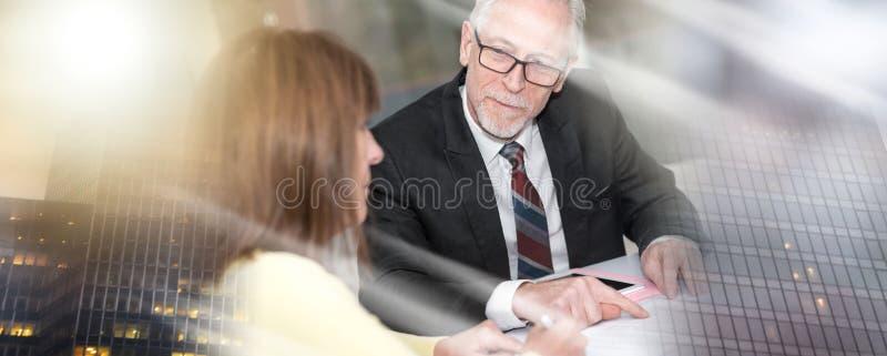 Reuni?n de la mujer un consultor para los consejos, efecto luminoso; e m?ltiple imagen de archivo libre de regalías