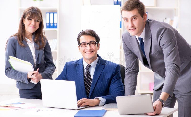 Reuni?n de negocios con los empleados en la oficina imagenes de archivo