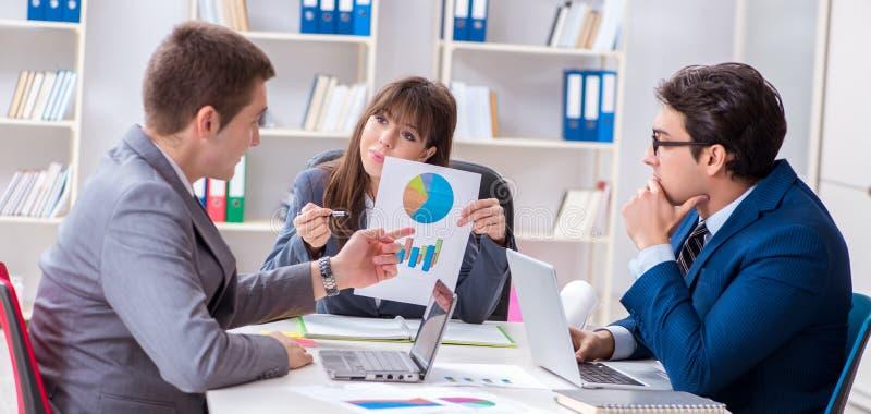 Reuni?n de negocios con los empleados en la oficina imagen de archivo libre de regalías