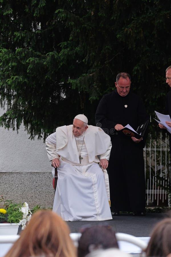 Reuni?n de papa Francisco con la gente joven delante de la catedral en Skopje imagen de archivo libre de regalías