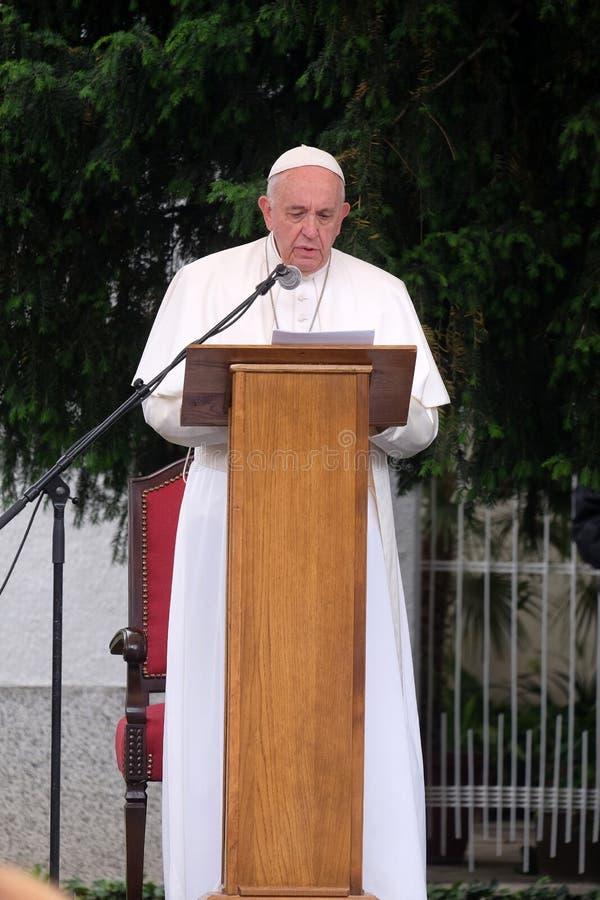 Reuni?n de papa Francisco con la gente joven delante de la catedral en Skopje foto de archivo