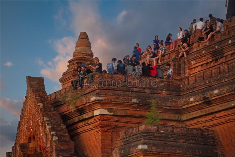 Reuni?o do por do sol na parte superior de um templo budista imagens de stock royalty free