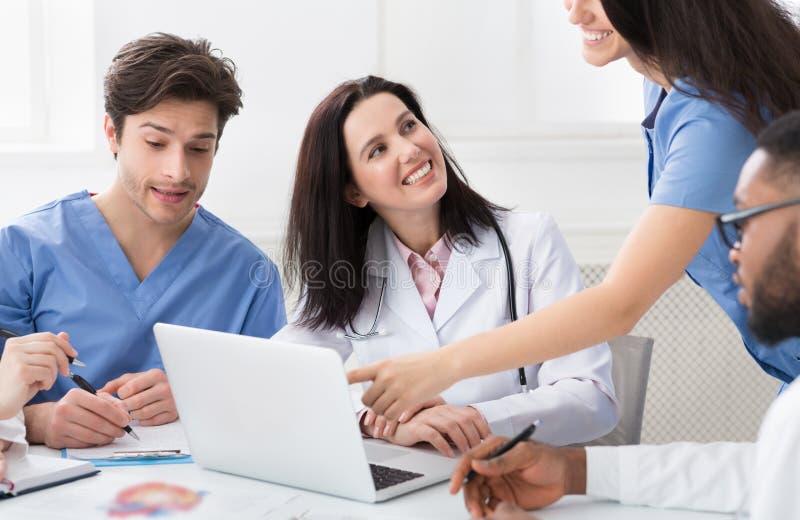 Reuni?o m?dica Doutores bem sucedidos Utilização Portátil Hospital imagem de stock royalty free