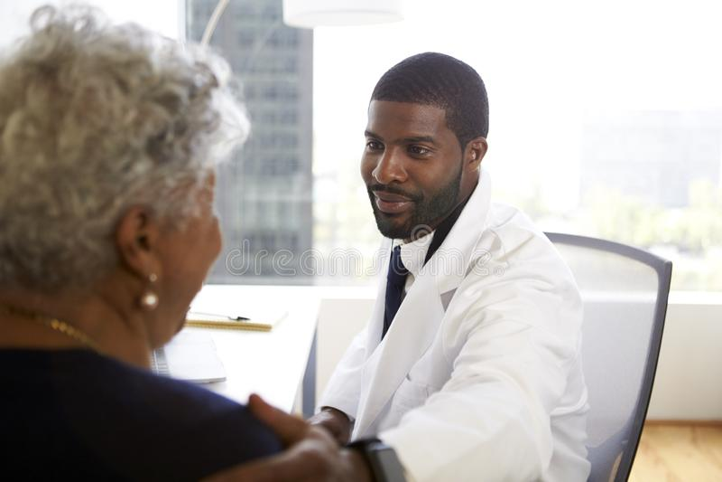 Reuni?o superior da mulher com o escrit?rio masculino do doutor Cosmetic Surgeon In imagens de stock