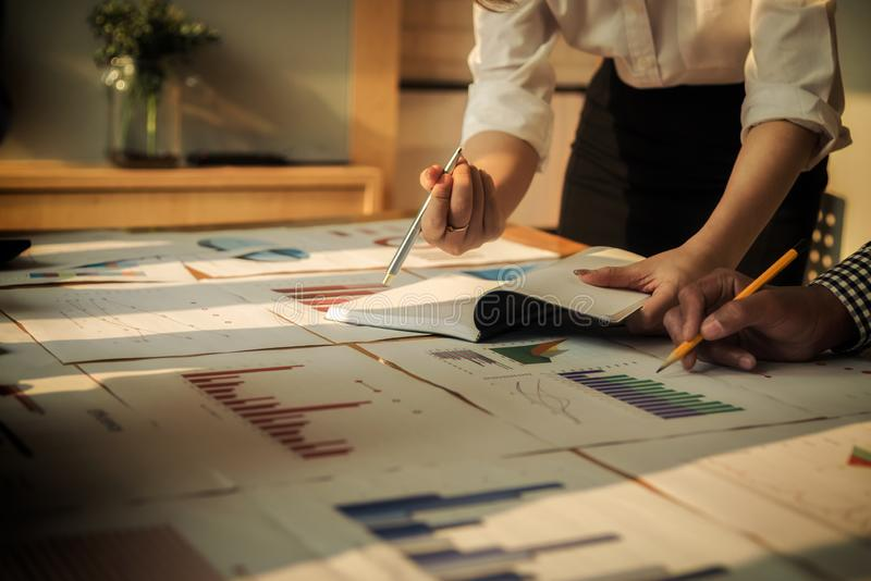 Reunindo-se os executivos agrupam o investimento da discuss?o e o conceito incorporados do investimento na sala de confer?ncias fotos de stock