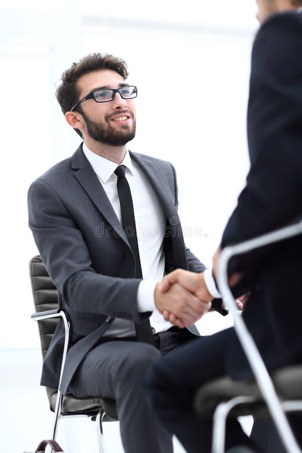 Reuniones acertadas de hombres de negocios en la oficina foto de archivo