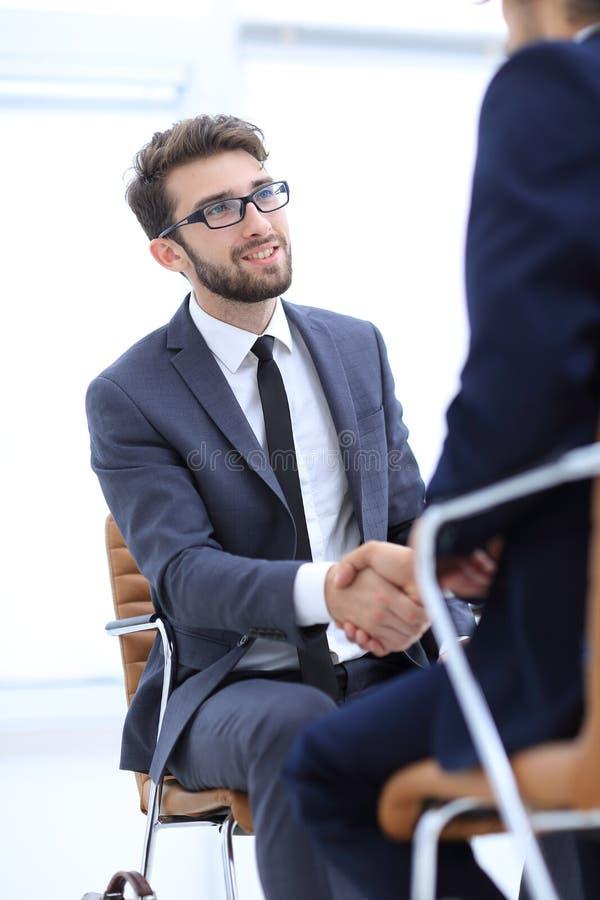 Reuniones acertadas de hombres de negocios en la oficina foto de archivo libre de regalías