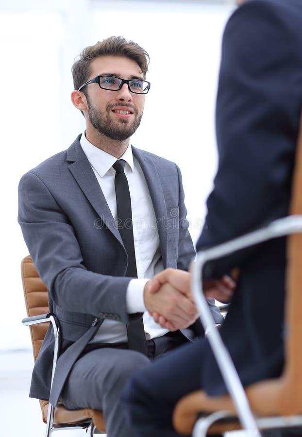 Reuniones acertadas de hombres de negocios en la oficina imagenes de archivo