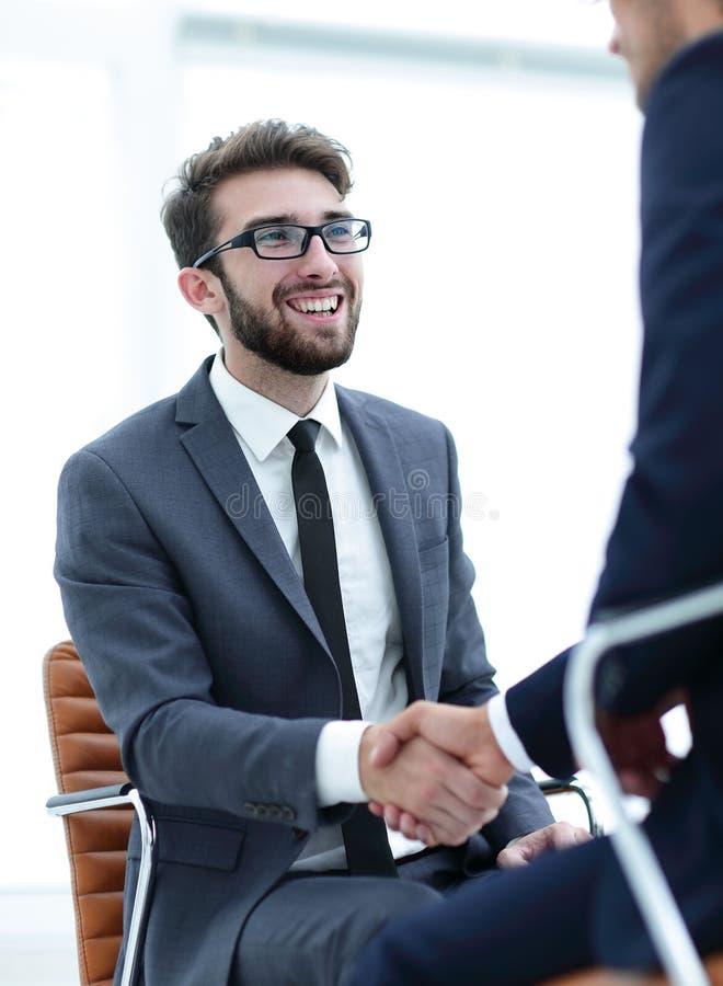 Reuniones acertadas de hombres de negocios en la oficina imágenes de archivo libres de regalías