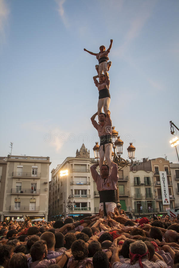 REUS, ESPAÑA - 1 de octubre de 2011: Funcionamiento de Castells imagenes de archivo