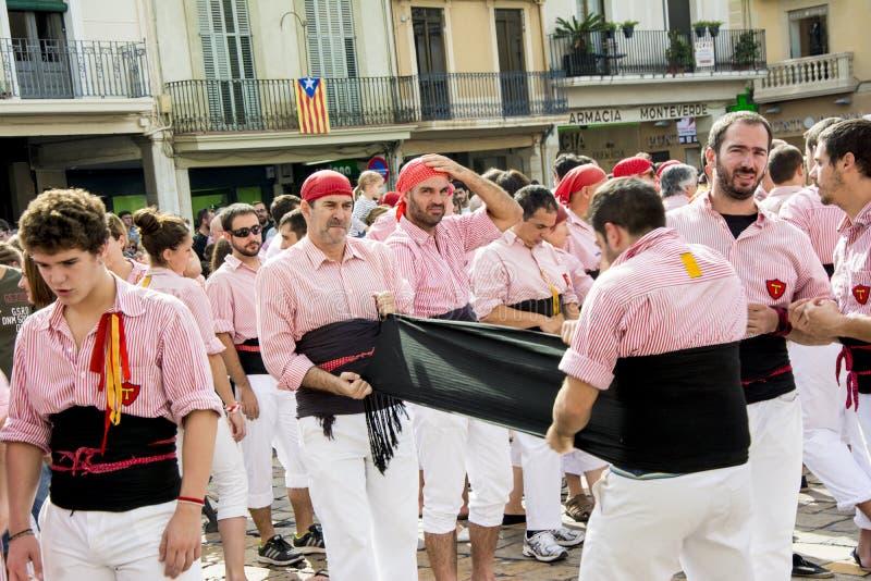 REUS, ESPANHA - 25 DE OUTUBRO DE 2014: O desempenho de Castells, um castell é uma torre humana construída tradicionalmente nos fe imagens de stock royalty free