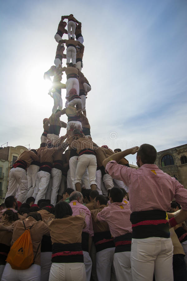 REUS, ESPANHA - 25 DE OUTUBRO DE 2014: O desempenho de Castells, um castell é uma torre humana construída tradicionalmente nos fe foto de stock royalty free