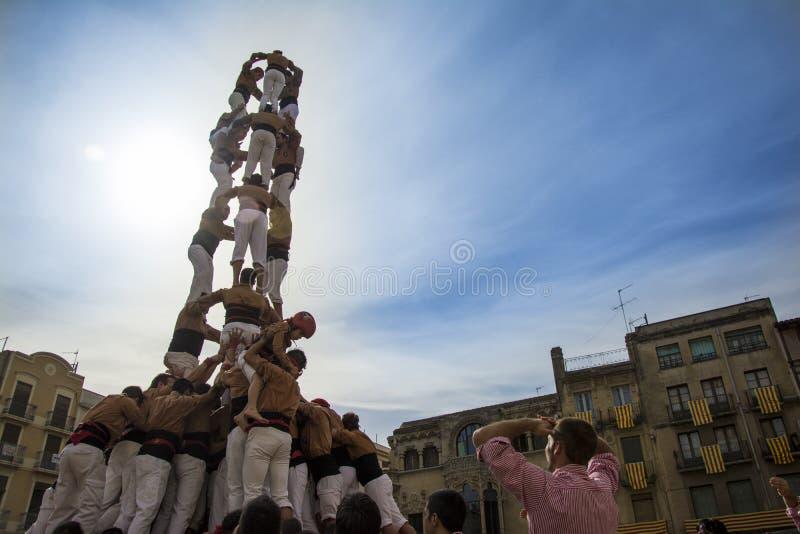 REUS, ESPANHA - 25 DE OUTUBRO DE 2014: O desempenho de Castells, um castell é uma torre humana construída tradicionalmente nos fe fotografia de stock