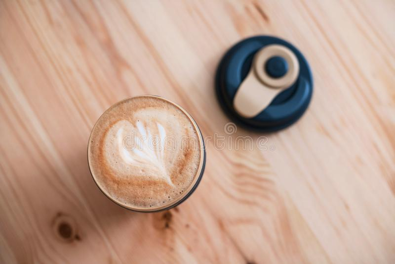 Reusable filiżanka z świeżym cappuccino Zero odpady zdjęcie royalty free