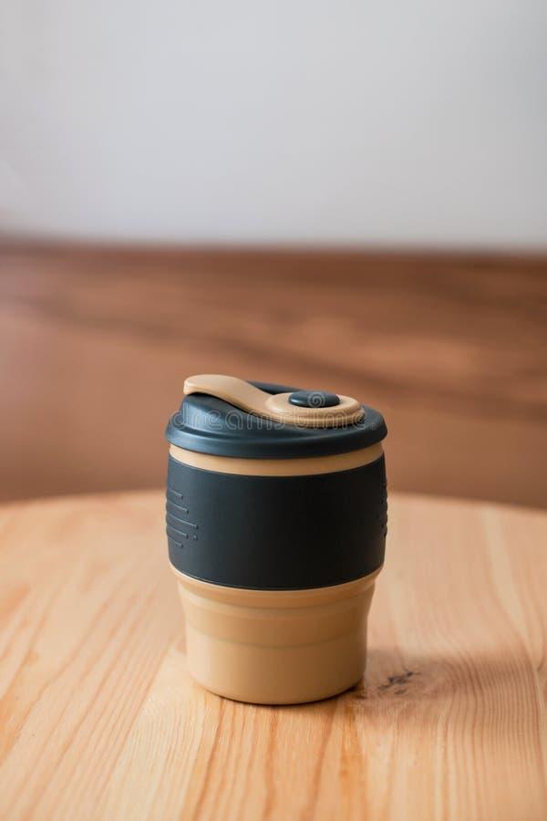 Reusable filiżanka z świeżym cappuccino Zero odpady zdjęcia stock