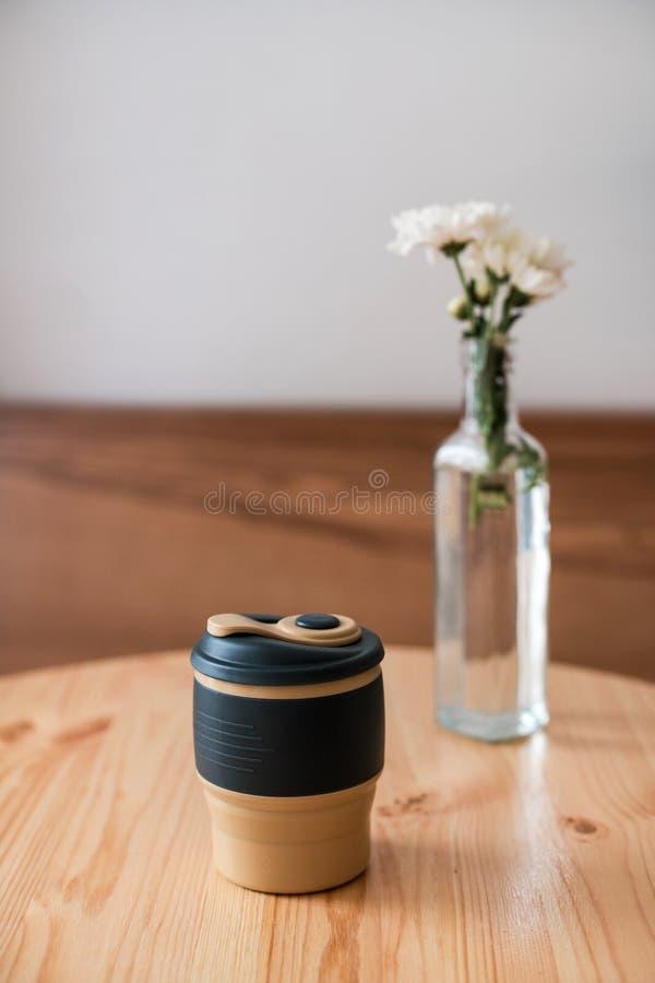 Reusable filiżanka z świeżym cappuccino Zero odpady obraz stock