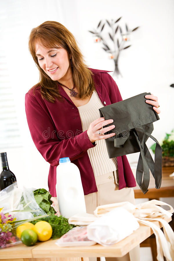Reusable: Kobieta Skończona Odpakowywający sklep spożywczego zdjęcie royalty free