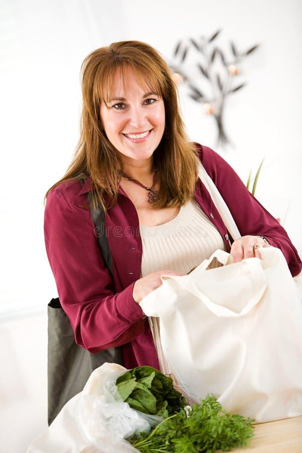 Reusable: Szczęśliwy Używać Zielonych torba na zakupy obraz royalty free