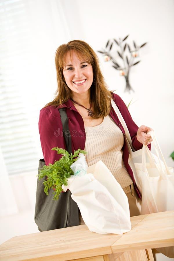 Reusable: Uśmiechnięta kobieta Przyjeżdża Do domu Z Reusable torbami Pełno obrazy stock