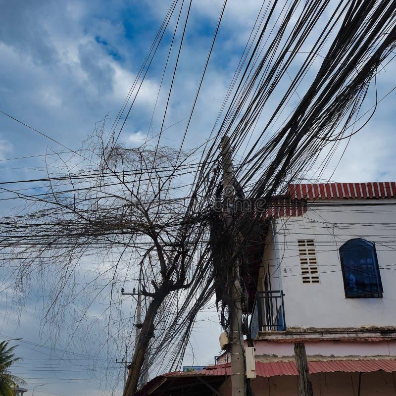 Reusachtig aantal elektriciteit en telefoonlijnen, de chaos van stedelijke mededelingen stock afbeeldingen