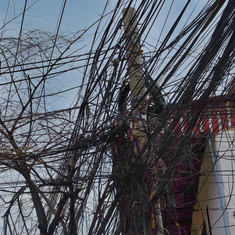 Reusachtig aantal elektriciteit en telefoonlijnen, de chaos van stedelijke mededelingen royalty-vrije stock afbeelding