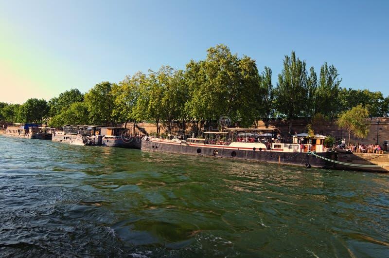 Reusachtig aantal toeristen en drijvend restaurant op oude aak, kadenbistro bij zonnige dag Mening van de toeristenboot Parijs, F royalty-vrije stock fotografie