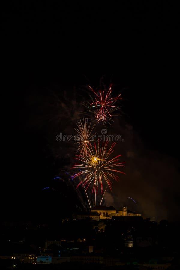 Reusachtig en rijk vuurwerk over het Brno Kasteel Spilberk, Tsjechische Republiek royalty-vrije stock afbeeldingen