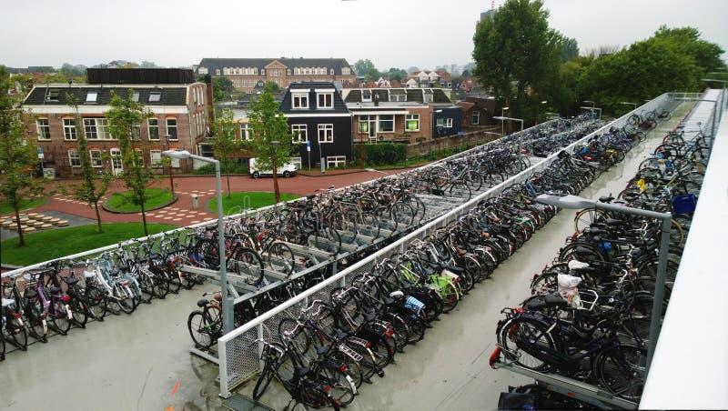 Reusachtig Fietsparkeren dichtbij het Centrale station in Alkmaar stock foto's