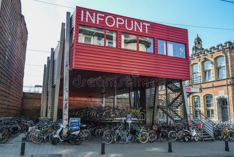 Reusachtig fietsparkeren in het centrum van Mijnheer, België stock fotografie