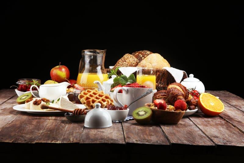 Reusachtig gezond ontbijt op lijst met koffie, jus d'orange, vruchten, wafels en croissants Goedemorgenconcept royalty-vrije stock afbeelding
