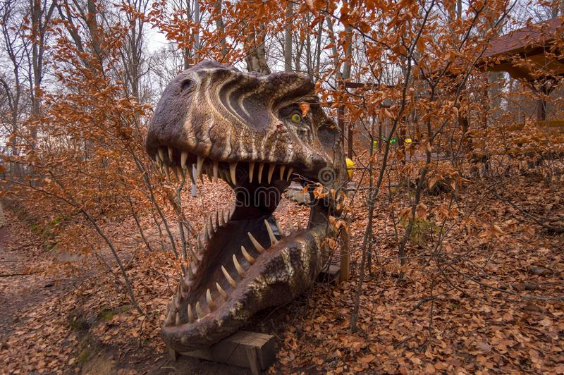 Reusachtig hoofd t-Rex in Dino Park Rasnov, het enige park van het dinosaurusthema in Roemenië en grootst in zuidoostelijk Europa royalty-vrije stock fotografie