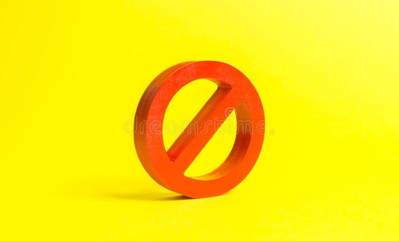 Reusachtig rood GEEN symbool of verbodsteken op een gele achtergrond Verboden en beperkingen, wetten en verordeningen stock foto's