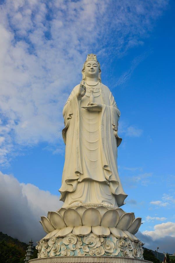 Reusachtig standbeeld van Guanyin Boedha royalty-vrije stock afbeelding