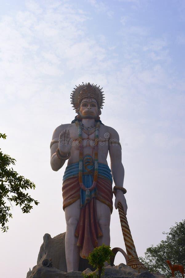 Reusachtig standbeeld van Hindoese God Hanuman in Agroha Dham, een zeer beroemde Hindoese Tempel in Agroha, Haryana, India stock foto's