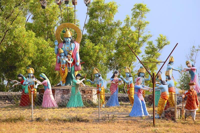 Reusachtig standbeeld van Lord Shri Krishna en Radha met Gopis die raas leela, Nilkantheshwar-Tempel uitvoeren royalty-vrije stock afbeeldingen