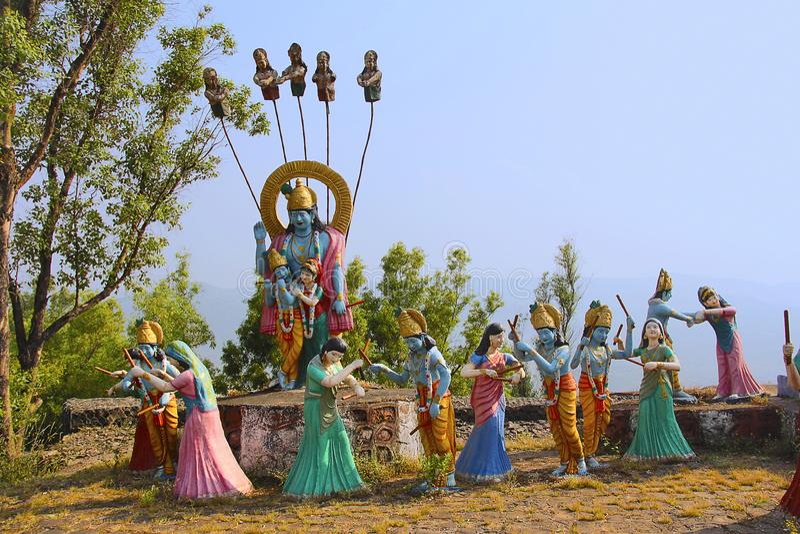 Reusachtig standbeeld van Lord Shri Krishna en Radha met Gopis die raas leela, Nilkantheshwar-Tempel uitvoeren royalty-vrije stock afbeelding