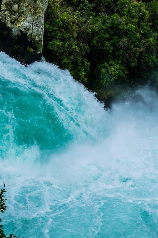 Reusachtig volume die van water over waterval stromen stock afbeelding