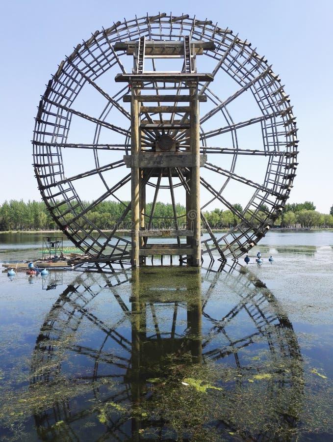 Reusachtig Waterrad op de rivier royalty-vrije stock foto's