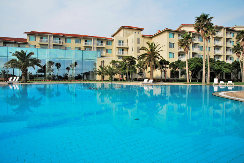 Reusachtig zwembad met luxueuze toevlucht stock afbeeldingen